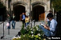 예일대학교 교정에서 학생이 책을 읽고 있다. (자료사진)