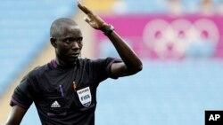 L'arbitre Bakary Gassama de Gambie. (Ph. d'archives). REUTERS/Alessandro Garofalo (BRITAIN - Tags: SPORT OLYMPICS SPORT SOCCER)