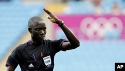 L'arbitre Bakary Gassama de la Gambie durant les Jeux Olympiques de Londres en 2012. REUTERS/Alessandro Garofalo (BRITAIN - Tags: SPORT OLYMPICS SPORT SOCCER)
