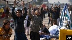 Para pendukung kelompok Islamis Tehreek-i-Labaik Ya Rasool Allah (TLY) melakukan aksi protes di Islamabad, Pakistan (26/11). Protes hari Minggu juga dilakukan di beberapa kota lainnya di Pakistan.
