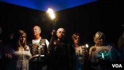 美国阵亡将士家属烛光守夜 悼念家人