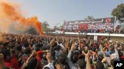 재판 결과에 환호하는' 카이로의 '알 아훌리' 축구팬 모습. 이날 포트사이드의 '알 마스리' 팬들은 재판 결과에 반대해 격렬히 시위했다.
