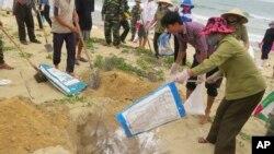 Tư liệu - Người dân tiêu hủy cá chết ở tỉnh Quảng Bình.