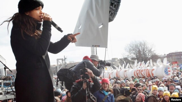 Aktris Rosario Dawson berbicara pada demonstran dan ikut serta dalam protes melawan pembangunan saluran pipa Keystone XL di Washington (17/2). (Reuters/Richard Clement)