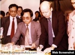 Ông Chris Runckel ký biên bản tiếp nhận tài sản của chính phủ Hoa Kỳ, ngày 28/01/1995. Photo Business in Asia.