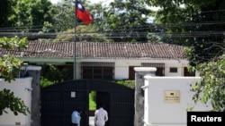 在薩爾瓦多宣佈與台灣斷交後,一名男子走進台灣駐薩爾瓦多的大使館。(2018年8月21日)