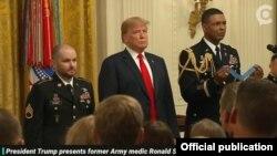 مراسم اهدای نشان افتخار کانگرس امریکا به رونالد شوریر