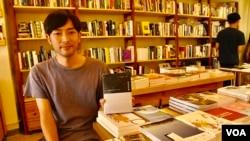 """香港""""迷李書展""""主辦單位之一,艺鵠負責人連安洋認為反送中運動激發更多讀者支持獨立書店及出版社。(美國之音湯惠芸拍攝)"""