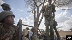 Quân xa chở binh sĩ Kenya và binh sĩ chính phủ Somalia