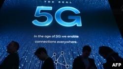 ພວກທີ່ເຂົ້າຊົມ ການວາງສະແດງ ລະບົບ 5G ຂອງບໍລິສັດ Qualcomm ຢູ່ທີ່ງານວາງສະແດງສິນຄ້າ ອີເລັກໂທຣນິກ ສຳລັບຜູ້ບໍລິໂພກ ຫຼື CES 2019 , ທີ່ສູນກາງວາງສະແດງ ໃນນະຄອນ ລາສ ເວກັສ ລັດເນວາດາ, ວັນທີ 10 ມັງກອນ 2019.