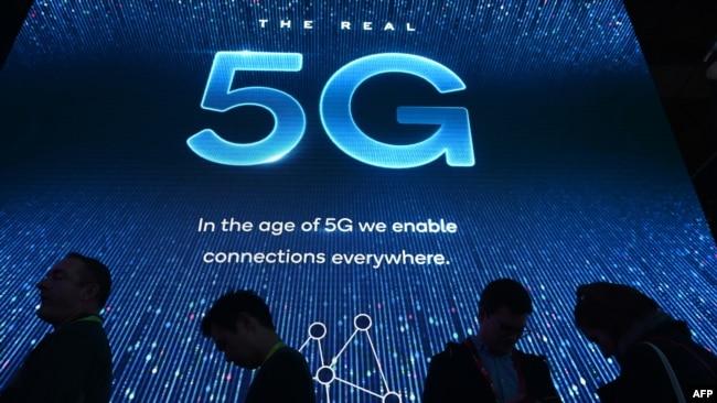 2019年电子消费展在拉斯维加斯会展中心举行,与会者在高通展台前排队等待5G展示。