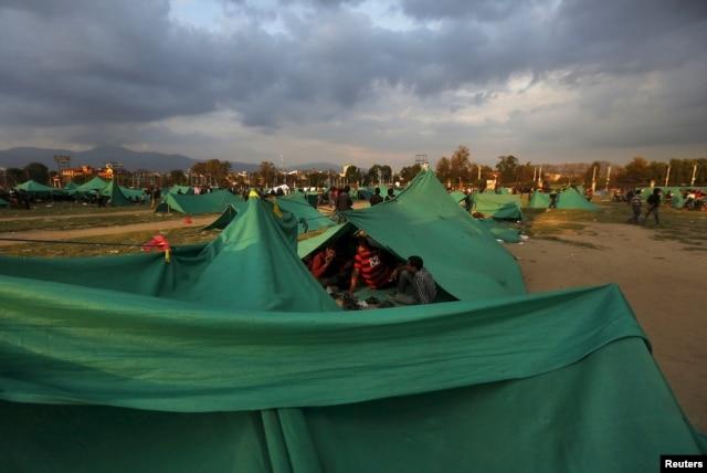 Cư dân thủ đô Nepal ngủ lại trên đường phố trong các lều bạt vì lo sợ xảy ra thêm các cơn dư chấn sau động đất.