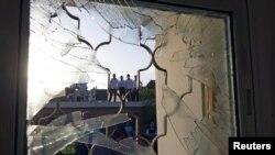 Waisrael wakitizama uharibifu wa jengo lililopigqwa na roketi iliyofyetuliwa kutoka Gaza