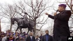 Le révérend Jesse Jackson pointe du doigt une statue confédérée du General Robert E. Lee pendant un rassemblement à Baltimore. 16 août 2017