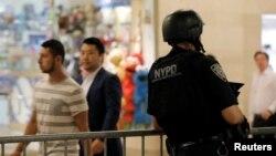 지난해 7월 프랑스 니스 테러 직후 미국 뉴욕시도 경계태세를 강화한 가운데, 무장한 경찰이 기차역 주변을 지키고 있다. (자료사진)