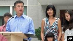 骆家辉携家人(妻子莫纳、大女儿埃米利、儿子迪伦和小女儿马迪林)会见媒体记者