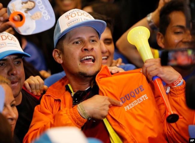 Partidarios de Iván Duque celebran su victoria en el balotaje en Bogotá, Colombia, el domingo, 17 de junio de 2018.