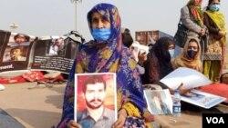 دھرنا مظاہرین کا مطالبہ ہے کہ ان کے پیاروں کو فوری طور پر بازیاب کرایا جائے۔