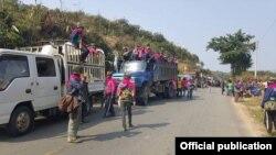 ဘိန္းခင္းဖ်က္ဆီးဖို႔ ခ်ီတက္လာသူျပည္သူမ်ားအား စစ္တပ္က တားျမစ္ထားစဥ္။ သတင္းဓာတ္ပံု- (Photo Credit to Kachin News)