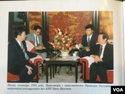 哈萨克总统托卡耶夫1995年9月担任外长时随同纳扎尔巴耶夫访华会晤中国外长钱其琛。托卡耶夫在他的书中透露,当时两国就曾讨论过新疆的哈萨克人问题。