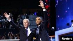 美國總統奧巴馬在接受民主黨總統候選人提名後和副總統拜登向支持者揮手。