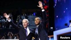 Tổng thống Barack Obama (phải) và Phó Tổng thống Joe Biden vẫy chào sau khi Tổng thống Obama đọc bài diễn văn chấp nhận sự đề cử, 6/9/12