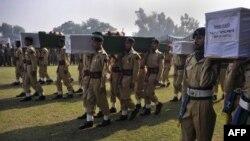 Binh sĩ Pakistan khiêng quan tài của các binh sĩ thiệt mạng trong vụ không kích nhầm của NATO tại Peshawar, ngày 27/11/2011