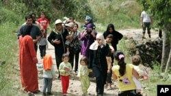 叙利亚的妇女和儿童周一抵达靠近叙黎边界的黎巴嫩北部地区