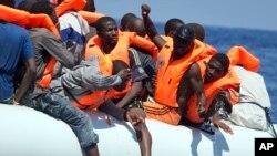 Des migrants secourus par le navire Aquarius de SOS Méditerranée et MSF au large de la Libye, le 27 août 2017