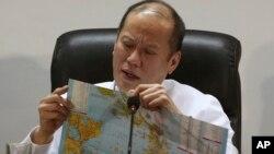 菲律宾总统阿基诺查看菲律宾地