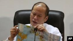 Presiden Filipino Benigno Aquino III mengamati peta Filipina saat rapat bersama pejabat penanggulangan bencana alam untuk menghadapi topan Hagupit di kota Quezon, sebelah utara Manila, Filipina (4/12).