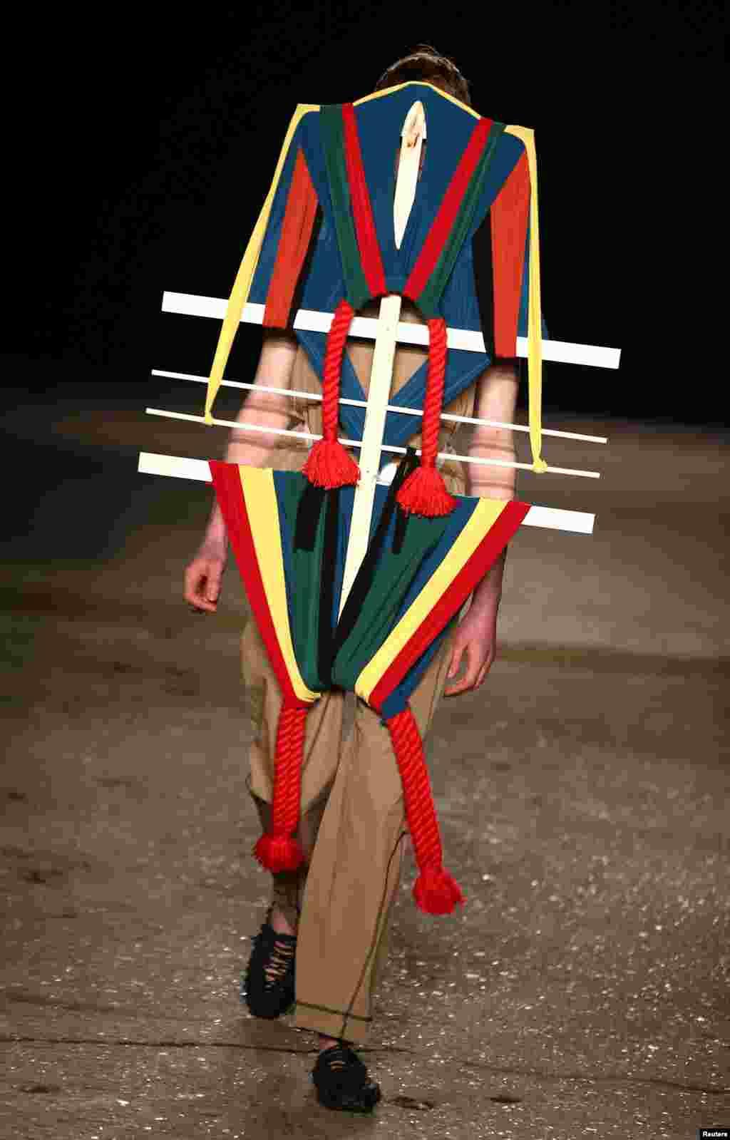 អ្នកបង្ហាញម៉ូដម្នាក់បង្ហាញម៉ូដមួយនៅក្នុងការតាំងពិព័រណ៍ Craig Green ក្នុងកម្មវិធី London Fashion Week Men's។