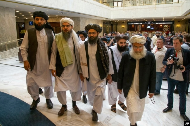 ملا عبد الحکیم (بائیں سے دوسرے نمبر پر ) طالبان کے عدالتی نظام کے بھی سربراہ ہیں۔ (فائل فوٹو)