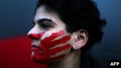 ILUSTRACIJA - Žena tokom protesta zbog seksualnog zlostavljanja, silovanja i nasilja u porodici (Foto: AFP/Patrick Baz/Abaad)