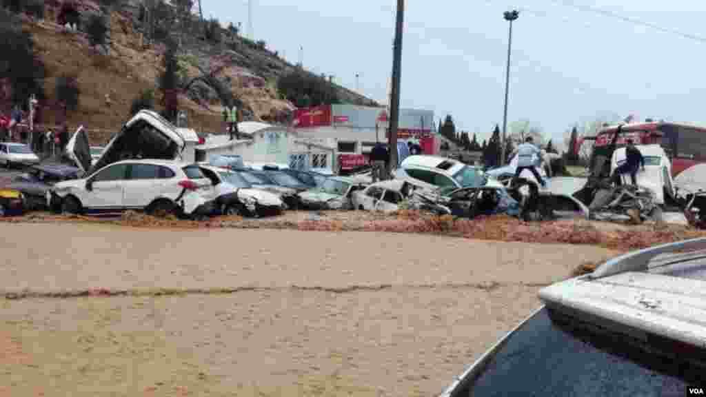 عکس ارسالی از سیل در شیراز؛ حدود ۲۰۰ خودرو در ورودی شهر شیراز بر اثر سیل به شدت آسیب دیدند
