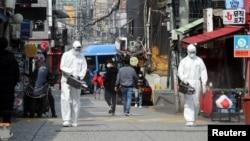 韩国首尔梨泰院夜店2020年5月11日爆发新冠病毒群聚感染事件之后,检疫人员在此区域喷洒消毒剂。