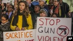 Bdenje i molitva za okončanje oružanog nasilja ispred gradske skupštine Los Andjelesa, 19. decembra 2012.