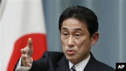 日本新外相岸田文雄在东京首相官邸举行记者会(2012年12月27日)