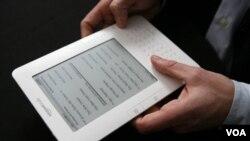 Teknologi digital memungkinkan buku-buku teks yang tebal bisa diakses secara digital melalui komputer tablet seperti ini (foto: ilustrasi).