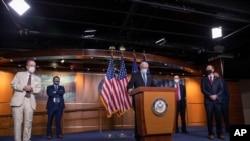 Lider većine u Predstavničkom domu Steni Hojer na konferenciji za novinare na Kapitol Hilu posle susreta u Beloj kući.