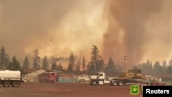 Pusaran api pada kebakaran hutan Tennant di Hutan Nasional Klamath, di Macdoel, California, AS, 29 Juni 2021. (Foto: U.S. Forest Service/Rachel Smith via REUTERS)