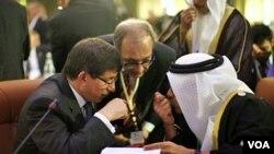 """Ministar vanjskih poslova Turske, Ahmet Davutoglu (lijevo) razgovara s ministrom vanjskih poslova Ujedinjenih Arapskih Emirata Sheikhom Abdullahom bin Zayed al-Nahyanom tijekom Konferencije """"Prijatelja Sirije"""" u Tunisu, 24.2. 2012."""