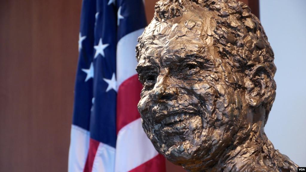 尼克松紀念圖書館裡的尼克鬆的頭像(美國之音國符拍攝)