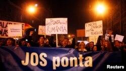 Người biểu tình hô khẩu hiệu phản đối vòng đầu của cuộc bầu cử tổng thống tại Cluj, Romania.