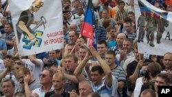 ພວກຄົນງານບໍ່ຖ່ານຫີນ ພາກັນປະທ້ວງໃນເມືອງ Donetsk ໃນພາກຕາເວັນອອກຂອງຢູເຄຣນ