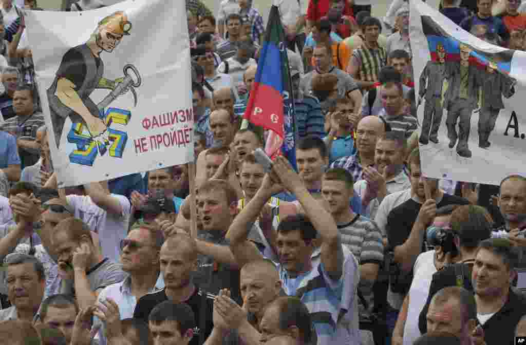 Sharqiy Ukrainaning Donetsk shahrida ko'mir koni ishchilari Ukraina harbiylarining shaharni tark etishini talab qilib namoyish o'tkazdi.