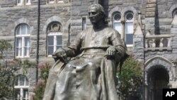 Estátua de John Carroll, fundador da Universidade de Georgetown, em Washington