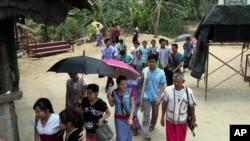 泰国北部难民营的克伦难民做为礼拜后离开 (资料图片:2013年4月12日)