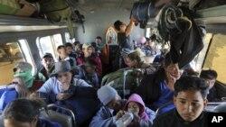 Los migrantes que forman parte de la caravana de América Central que busca llegar a la frontera con Estados Unidos abordan autobuses en La Concha, México, el miércoles 14 de noviembre de 2018. (AP Foto / Rodrigo Abd)