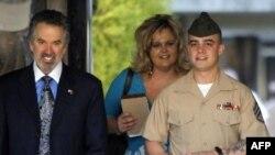 Trung sĩ Frank D. Wuterich cùng luật sư Neal A. Puckett và bạn gái Melissa Balcombe tại Trại Pendleton, California , ngày 22/3/2010